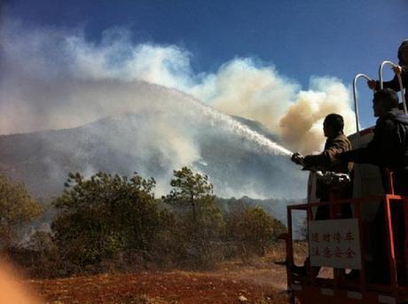 Battaglia contro il fuoco di tremila pompieri in Cina per salvare Lijiang, città patrimonio dell'Unesco