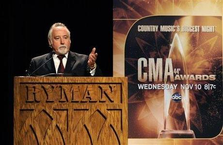 Steve Moore, presidente e amministratore delegato della CMAsale sul podio durante l'annuncio degli artisti nominati per i 44esimi Country Music Association Awards durante la trasmissione dell'altroieri, 31 agosto 2010 a Nashville (Foto AP)