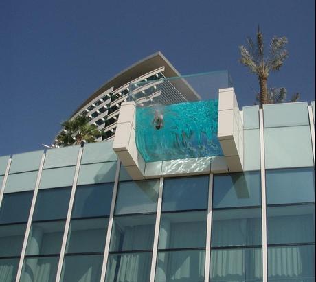 Il pensiero architettonico: piscina in una terrazza a strapiombo per ...