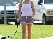 Rita Rusic passeggia canottiera Miami senza reggiseno