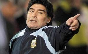 """Video-""""Le iene olandesi"""" a caccia del tifoso del Napoli che prese le scarpette di Maradona durante i festeggiamenti sul campo del primo scudetto"""