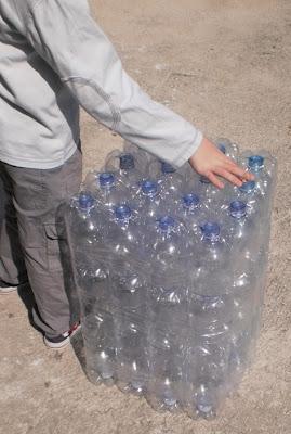 Riciclo pouf con bottiglie di plastica paperblog for Pouf fai da te