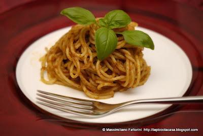Elogio del pomodoro secco: Spaghetti con pesto di pomodori essiccati, basilico e mandorle